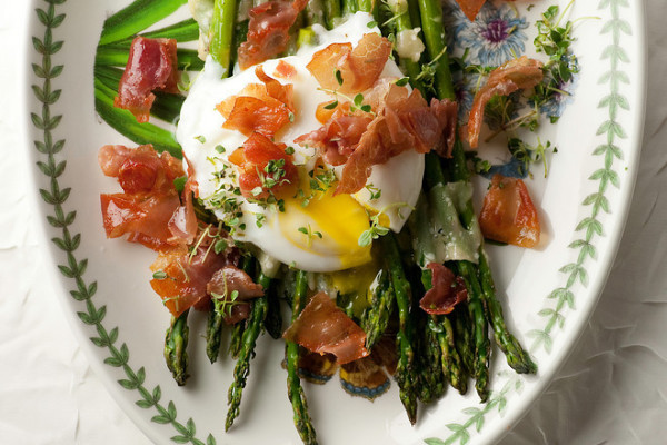 Easy spring recipes: Asparagus with Prosciutto and Pached Egg at Framed Cooks | Cool Mom Picks