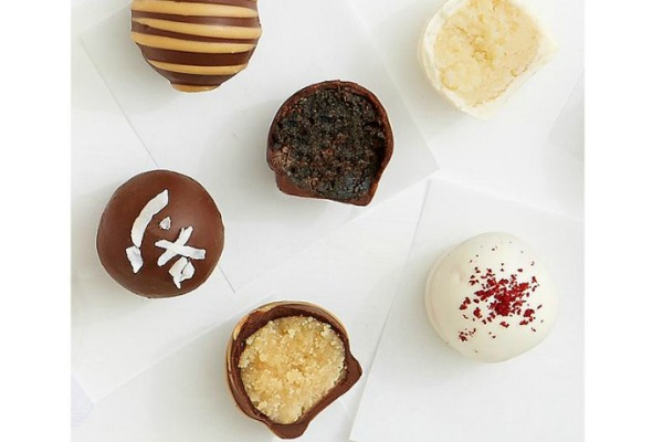 Cake truffles chocolate gift box : Yum