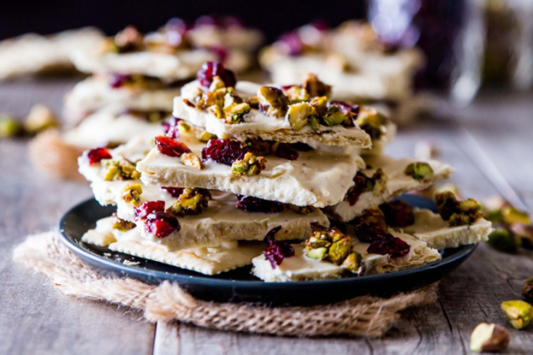 Holiday chocolate bark recipes: White Chocolate Saltine Bark with Candied Pistachios and Cranberries | Veggie and the Beast