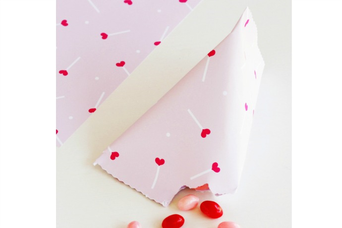 We heart this free printable Valentine's Day gift wrap!