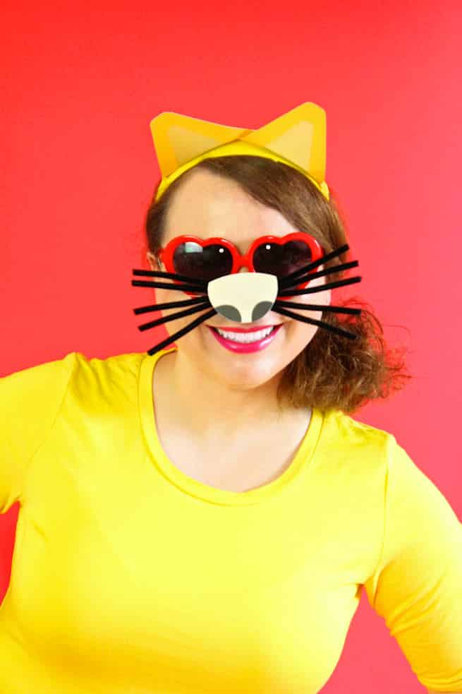 Emoji DIY heart eyed cat emoji photo booth prop via Brite and Bubbly