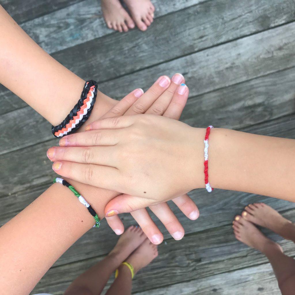 8 subtle ways kids can show their team spirit: Friendship bracelets and Rainbow Loom bands