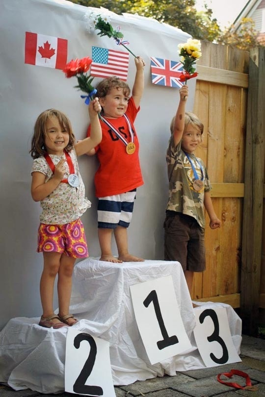 Olympics crafts for kids: Medal podium photo booth at Apartment Therapy