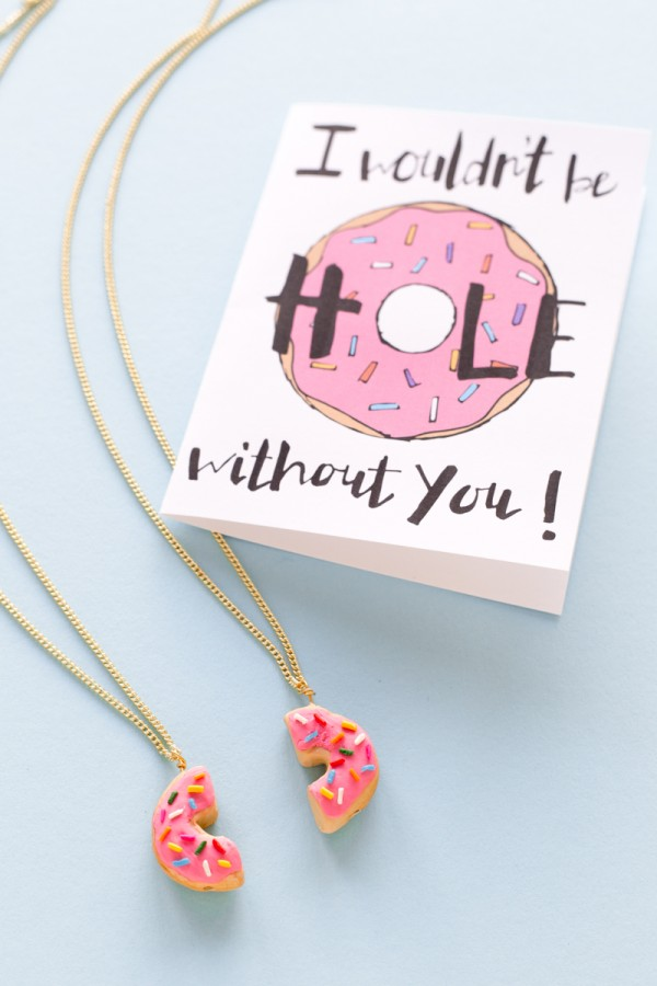 Mother-daughter necklace sets: DIY sprinkle donut mother-daughter necklace set | Studio DIY