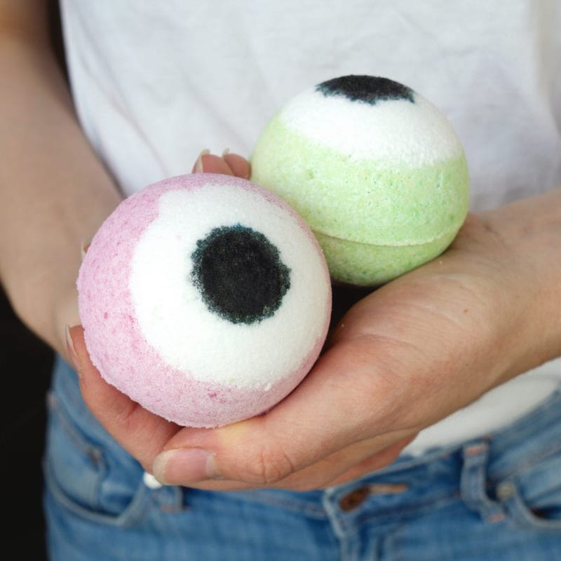 Easy Halloween crafts for preschoolers: Monster Eye bath bombs at The Makeup Dummy