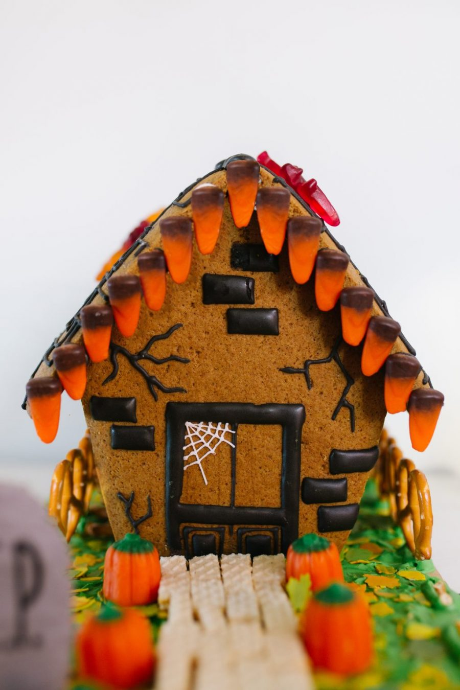 How to DIY a Haunted Gingerbread House: We love these creative detail ideas at Pretty Life Girls